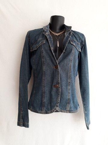Jaqueta jeans feminina gola mandarim importada da itália - BRECHÓ PASSIONE - Foto 2