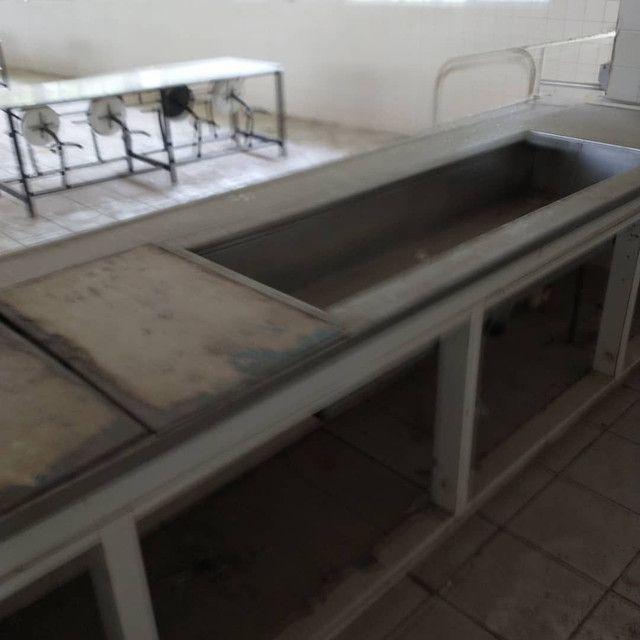 Balcão para cozinha e mesas.