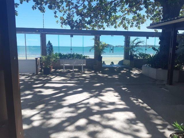 Casa de frente para o mar (areia da praia)