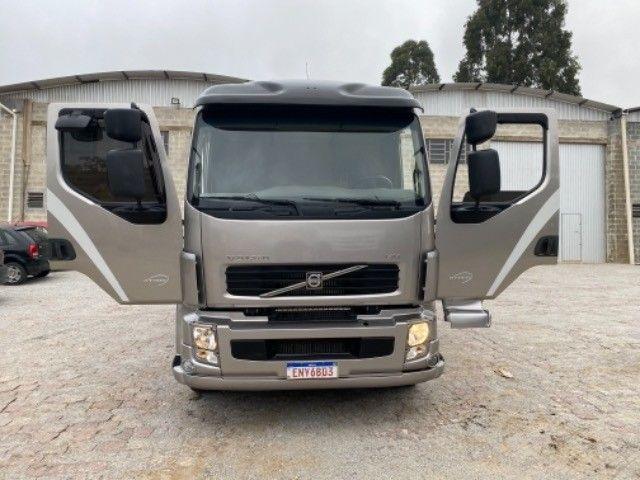 Volvo Vm 260 ano:11/11,cinza,bi-truck 8x2,com carroceria de 9 mts,ótimo estado - Foto 16