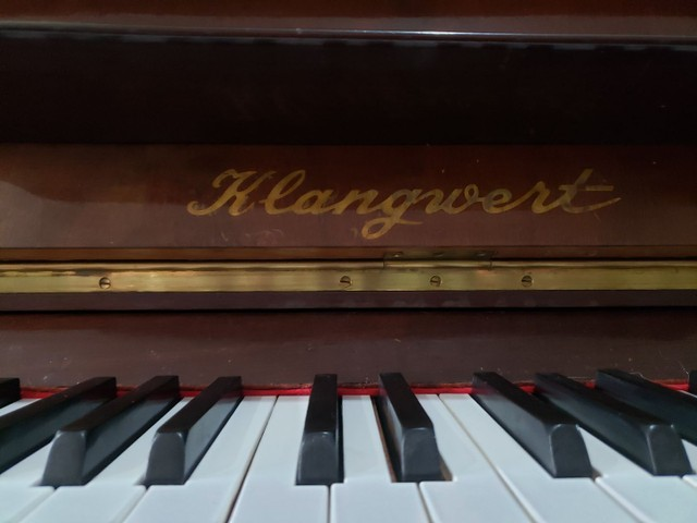 Piano Marca KLANGWERT. 100% Revisado e Restaurado. Afinado em 440 HZ. Acompanha banqueta. - Foto 5