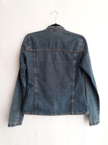 Jaqueta jeans feminina gola mandarim importada da itália - BRECHÓ PASSIONE - Foto 5