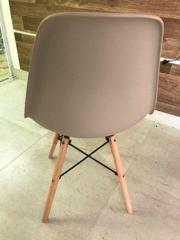 Cadeira com pé de madeira  - Foto 4