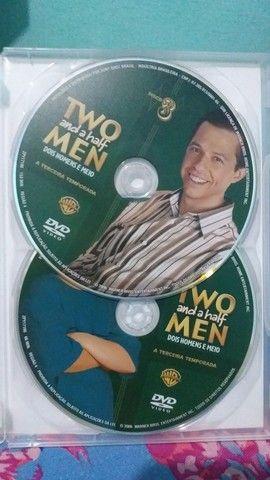 DVD 3 TEMPORADA COMPLETA DOIS HOMENS E MEIO (TWO AND A HALF MEN) - Foto 4