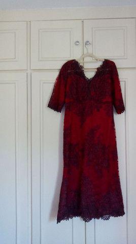 Vestido de festa longuete de renda vermelho escuro