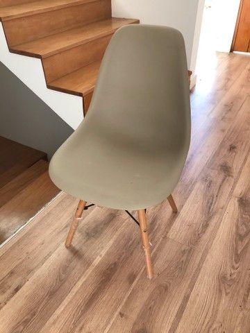 Cadeira com pé de madeira