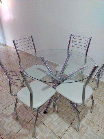 Mesa de vidro redonda.