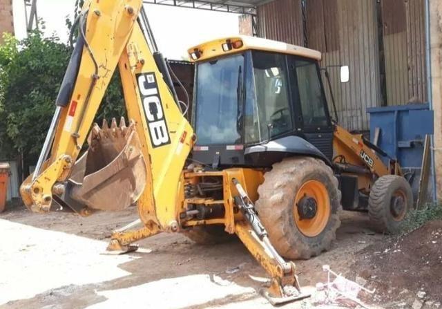 Máquina retroescavadeira JCB Traçada 2012