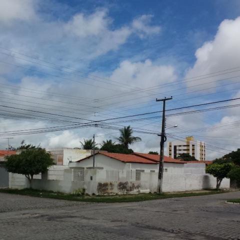 Casa no catolé de esquina com terreno medindo 13 metros de frente por 30 metros de fundos