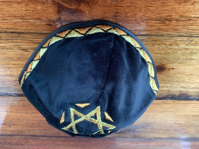 Kipá Judaica Preta e Dourada - Foto 2