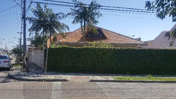 Casa averbada em terreno de esquina no Sítio Cercado