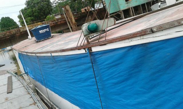 Barco vendo e negócio com casa