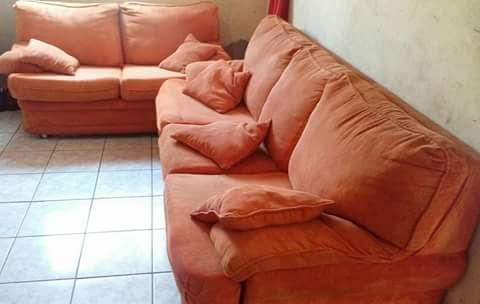 Conjunto de sofá com almofadas, pouco tempo