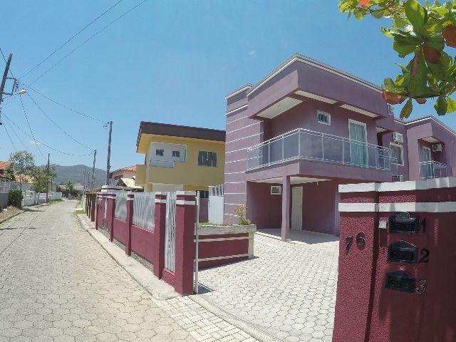 Casa grande, com 2 andares, bem localizada, com área de 105 metros quadrados