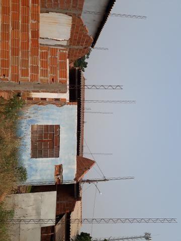 Vende-se terreno com casa em fase de construção.