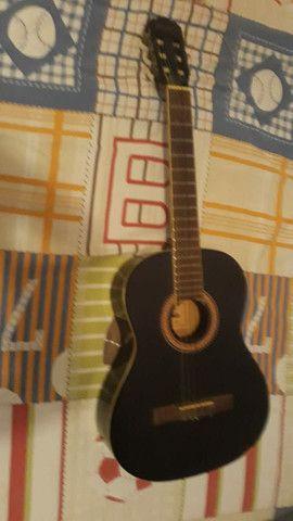 Um violão  - Foto 2