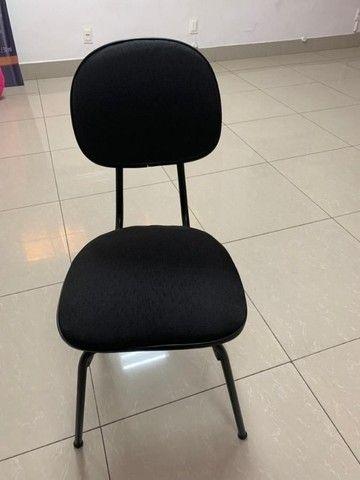 Cadeira de Escritório Almofadada Cor Preta - Foto 2