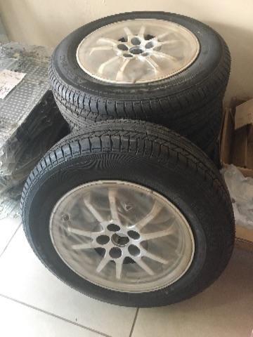 Roda com pneus