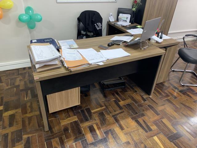 1 mesa de escritório com aparador