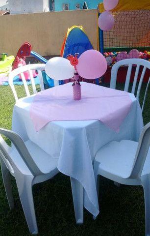Aluguel de mesas com cadeiras e toalhas com cobre manchas