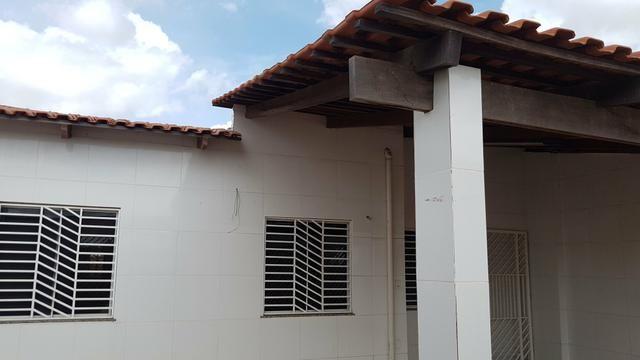 Linda casa estilo colônial com varandão picina vendo - Foto 12