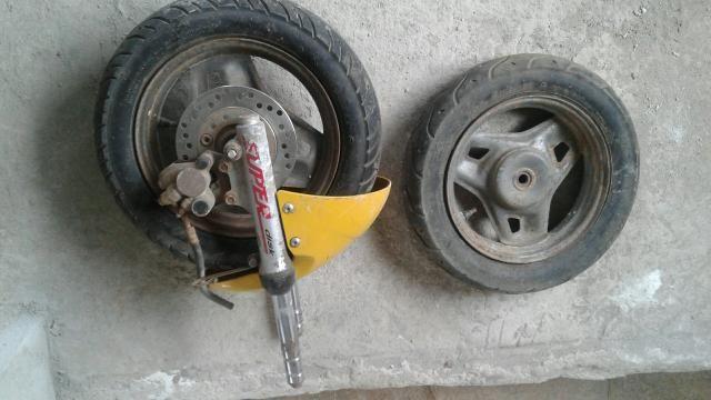 Rodas com pneus e bengala de jog $ 200