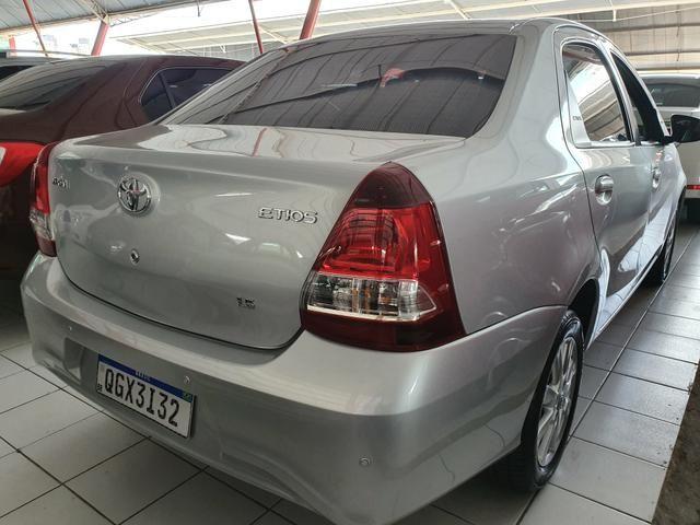 Toyota etios sedam 1.5 top 2020 aceito troca - Foto 5