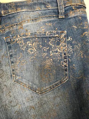 Calça jeans com detalhes dourados - Foto 3
