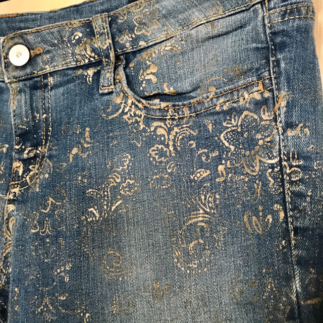 Calça jeans com detalhes dourados - Foto 2