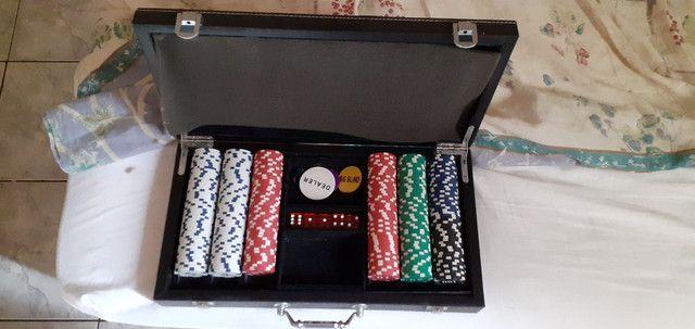 Maleta com fichas de poker e dados