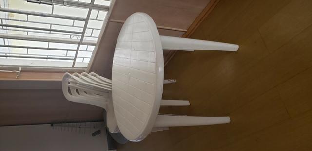 Mesa de plastico com 4 cadeiras