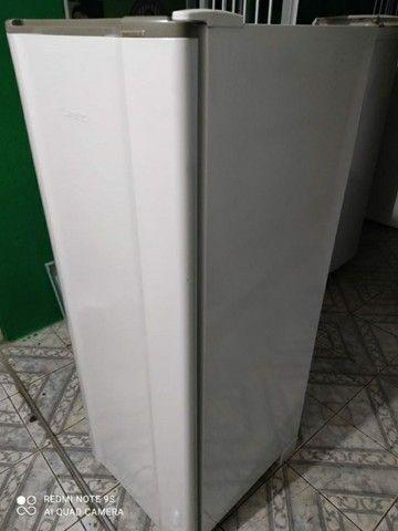 Geladeira Esmaltec funcionando perfeitamente bem gelo seco  - Foto 3