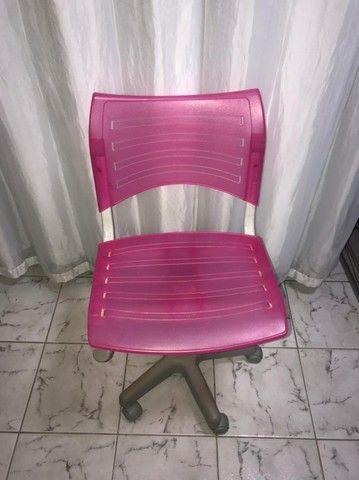 Cadeira com rodinhas - ROSA - Foto 2