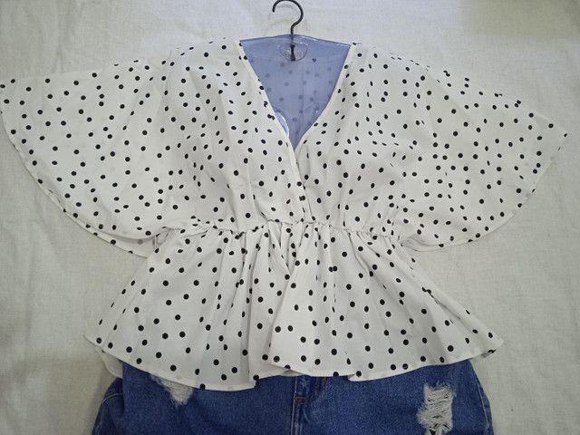 Blusa branca com poá preto  - Foto 2