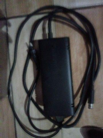 2 controles, fonte, uma bateria recarregavel p/ controle e um jogo pes 16 - Foto 4