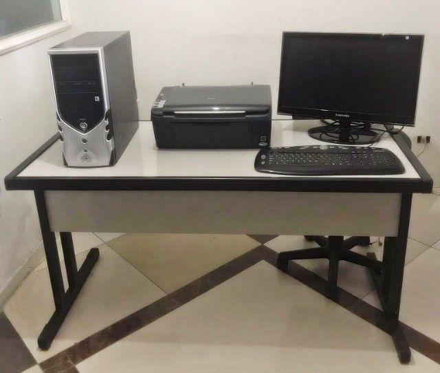 Mesa para escritório + computador completo.