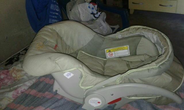 Carrinho com bebê conforto e berço portátil com colchão