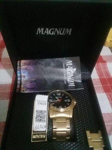 Relógio Magnum usado poucas vezes apenas 400 reais aceito cimento  no pagamento 10 saca  - Foto 2