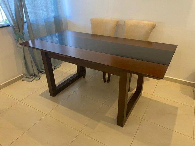 Linda mesa de jantar em madeira maciça