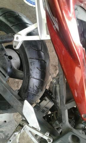 Par de pneus de hornet mais de meia vida