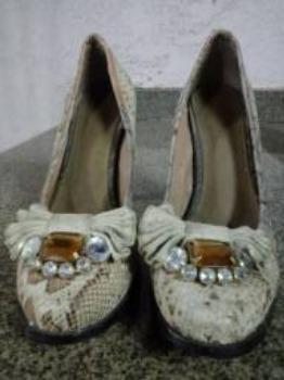 Sapatos saltos altos com pedra bordada, número 37