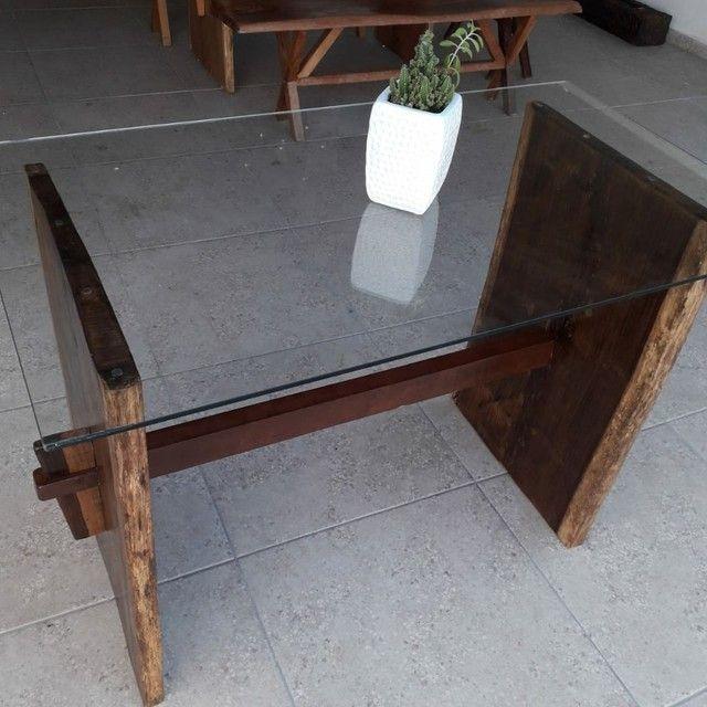 Mesa de madeira Jacarandá com tampo de vidro blindex
