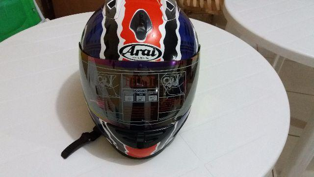 Capacete marca Arai (réplica) igual do piloto Michael Doohan, nunca usado