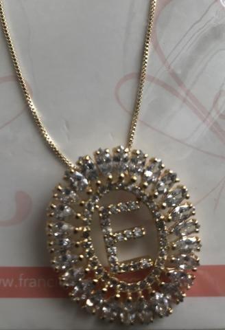Vende-se colar de letra E (NOVO) de zircônia, folheado em ouro 18K e 1 lote de bijoux