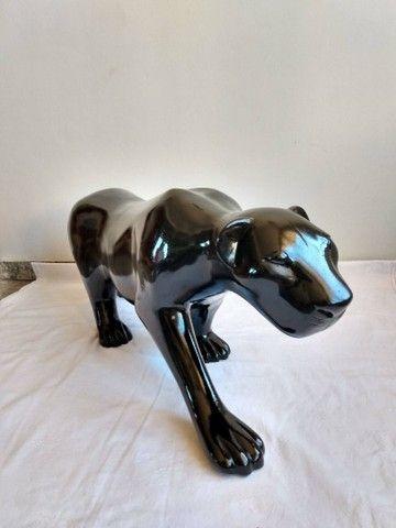 Escultura de PANTERA NEGRA em fibra de vidro e resina