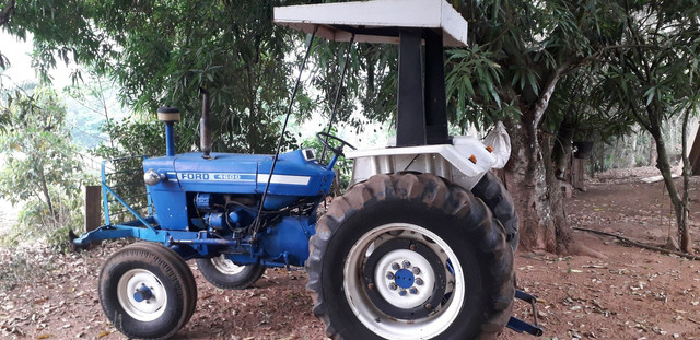 Trator ford com implementos