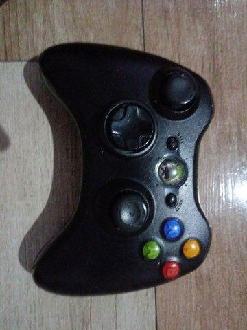2 controles, fonte, uma bateria recarregavel p/ controle e um jogo pes 16 - Foto 2