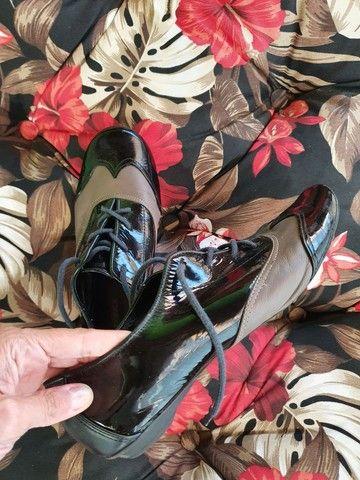 Sapato rasteiro de couro de verniz  - Foto 2