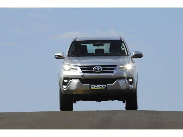 Toyota Hilux SW4 SRX 2.8 4X4 TB DIESEL AUT - 5 LUGARES - Foto 2