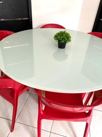 Mesa de jantar moderna com 6 cadeiras.